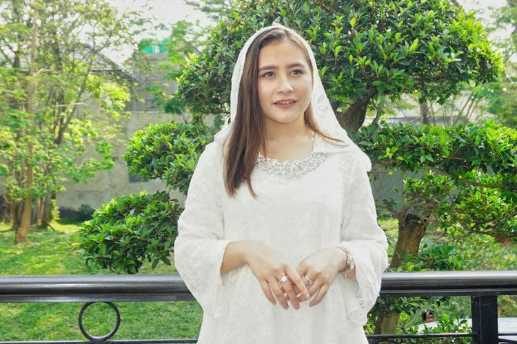 Artis peran Prilly Latuconsina saat diabadikan di kediaman sang Opa di kawasan BSD, Tangerang, Banten, Rabu (5/6/2019).
