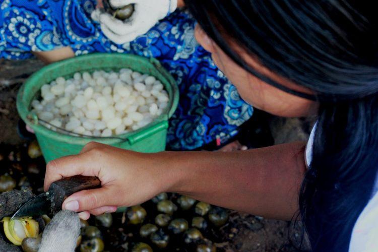 Aktivitas warga Kedunghilir, Desa Sukamanah, Kecamatan Cugenang, Kabupaten Cianjur di setiap bulan Ramadhan tiba sebagai perajin kolang kaling seperti yang terlihat Selasa (14/05/2019).