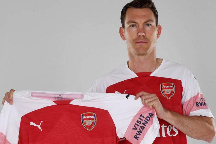Pemain asal Swiss, Stephan Lichtsteiner, bergabung dengan Arsenal secara gratis setelah meninggalkan Juventus.
