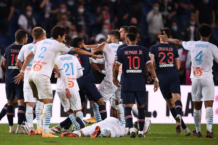 Para pemain Paris Saint-Germain dan Marseille bentrok di akhir pertandingan Ligue 1 Perancis antara PSG vs Marseille di stadion Parc de Princes di Paris pada 13 September 2020.