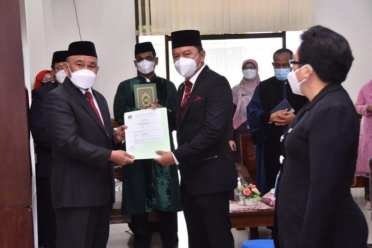 Wali Kota Depok Mohammad Idris (kiri) melantik Dadang Wihana (kanan) eks Kepala Dinas Perhubungan yang dimutasi menjadi Kepala Bappeda Kota Depok, dalam mutasi 359 ASN di lingkungan Pemkot Depok pada Selasa (7/9/2021).