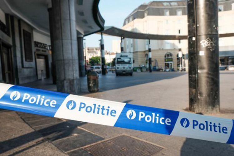 Polisi memasang garis pengaman di luar stasiun utama Brussels, Belgia, menyusul upaya serangan yang terjadi Selasa malam (20/6/2017).