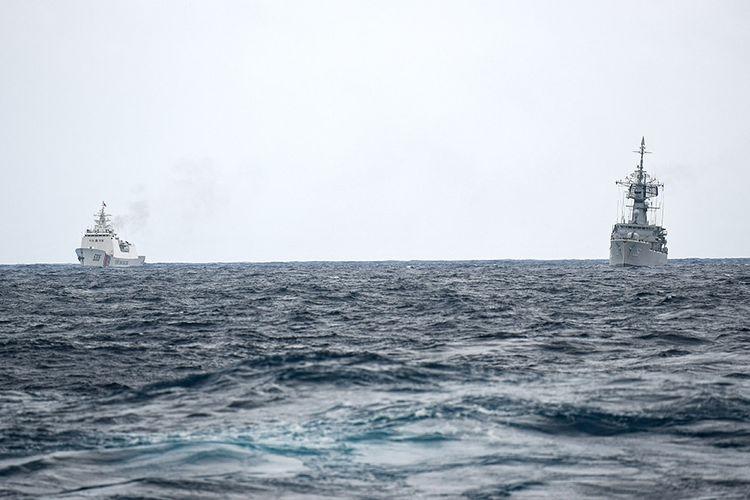 KRI Karel Satsuitubun-356 (kanan) terlihat dari KRI Usman Harun-359 dibayangi Kapal Coast Guard China-5305 (kiri) saat melaksanakan patroli mendekati kapal nelayan pukat China yang melakukan penangkapan ikan di ZEE Indonesia Utara Pulau Natuna, Sabtu (11/1/2020). Dalam patroli tersebut KRI Usman Harun-359 bersama KRI Jhon Lie-358 dan KRI Karel Satsuitubun-356 melakukan patroli dan bertemu enam kapal Coast Guard China, satu kapal pengawas perikanan China, dan 49 kapal nelayan pukat asing.
