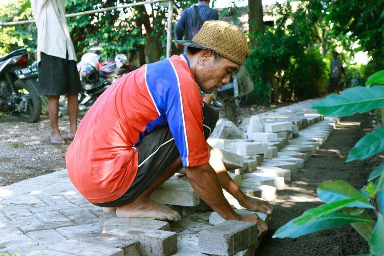 Pembangunan desa, seperti pemasangan paving block, berasal dari dana desa. Sejak dana desa dikucurkan, pembangunan infrastruktur sampai ke pedesaan.