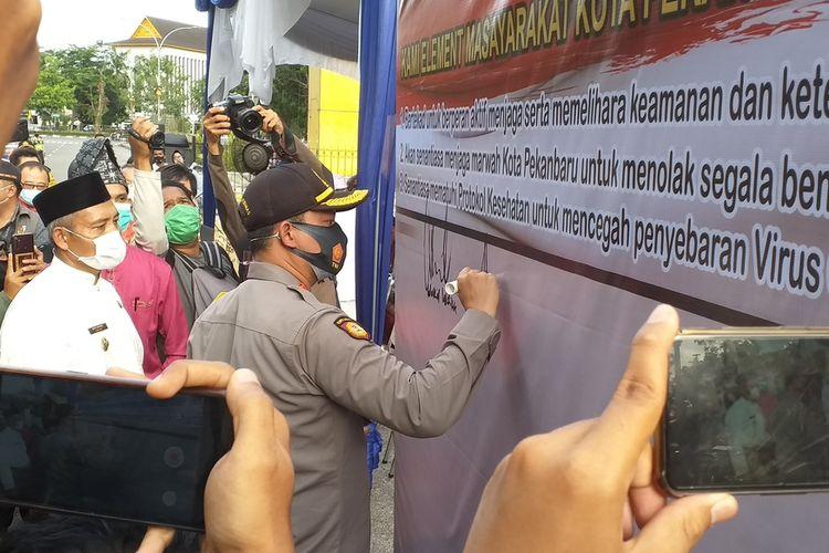 Penandatanganan deklarasi penolakan aksi anarkisme di Kota Pekanbaru, Riau, Jumat (16/10/2020).