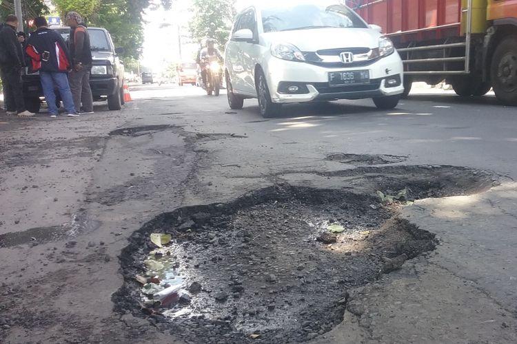 Lubang jalan di Pantura Kendal Kota Kabupaten Kendal Jawa Tengah. KOMPAS.Com/SLAMET PRIYATIN