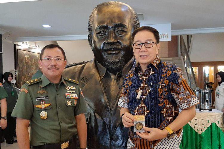 Kepala RSPAD Gatot Soebroto Dr. dr. Terawan Agus Putranto Sp.Rad.  bersama Presiden Direktur Astra Prijono