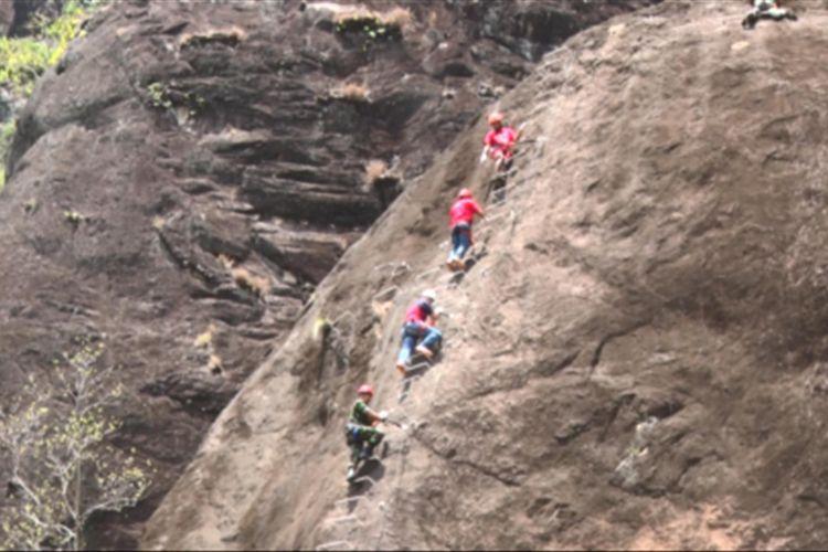 Wisata minat khusus Via Ferrata di tebing Gunung Sepikul, Kabupaten Trenggalek, diresmikan pada Senin (2/10/2017).