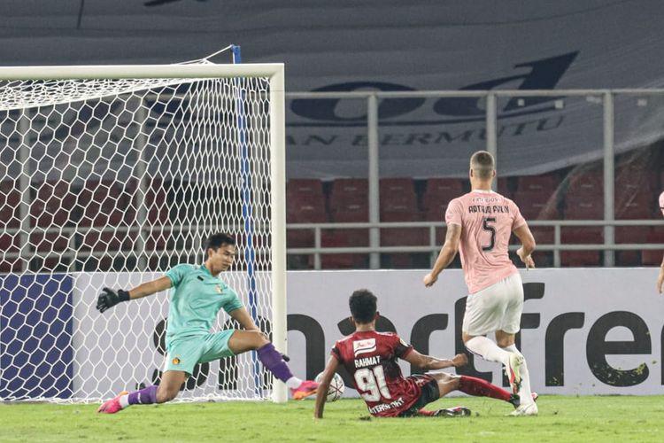 Penyerang Bali United, M Rahmat, menjatuhkan diri setelah menendang bola yang tak bisa diamankan oleh kiper Persik Kediri, Dikri Yusron Afafa, pada Jumat (27/8/2021) malam WIB di Stadion Gelora Bung Karno, Jakarta.