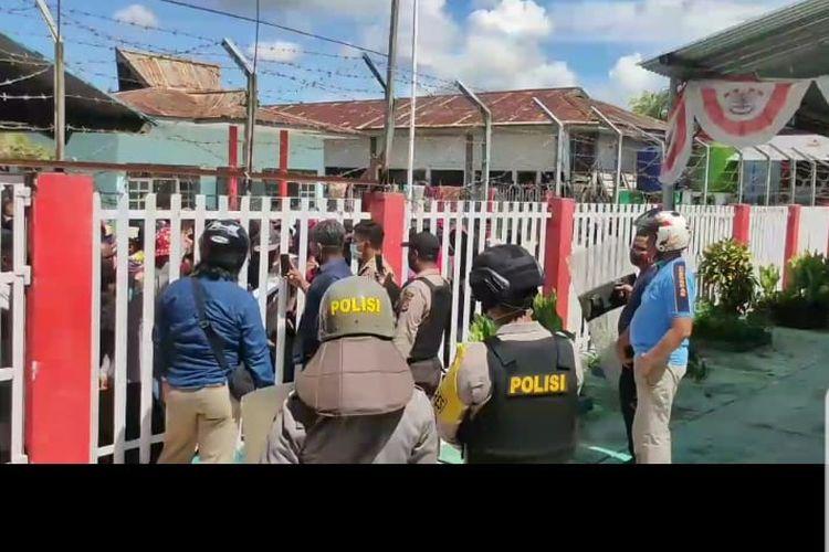 Napi di Lapas Sorong, Papua Barat, menyampaikan tuntutannya pasca-kerusuhan yang terjadi di lapas tersebut, Rabu (22/4/2020) malam.