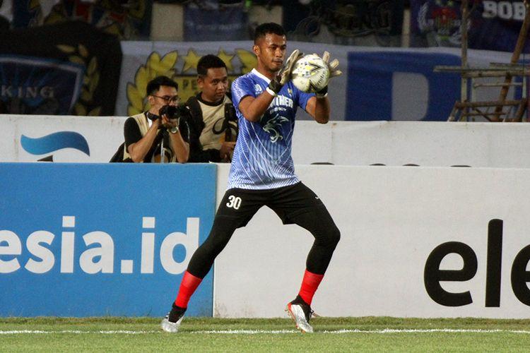 Penjaga gawang Persib Bandung, Muhammad Aqil Savik.
