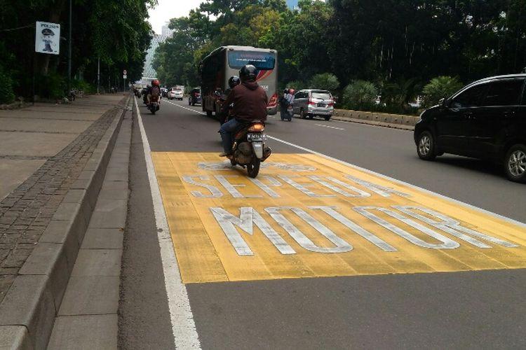 Pengendara motor mulai patuhi instruksi menggunakan lajur paling kiri di Jalan MH Thamrin-Jalan Medan Merdeka Barat, Rabu (24/1/2018).