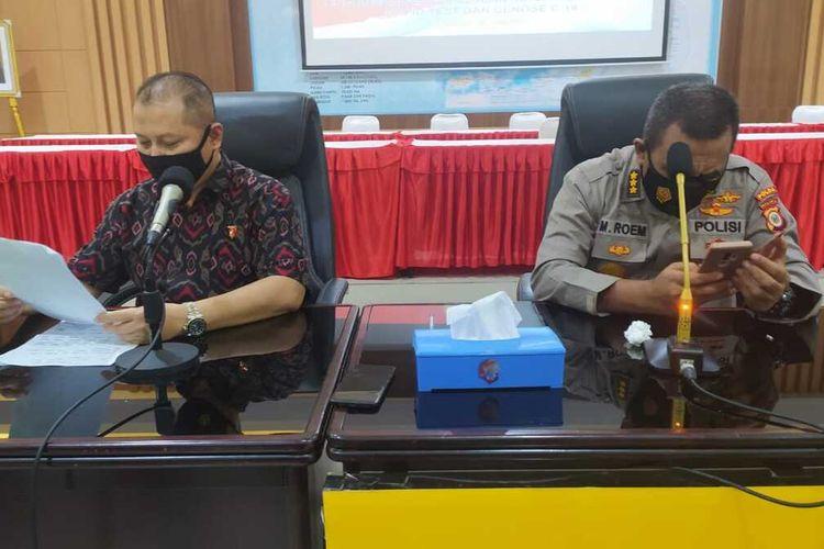 Direktur Reserse Kriminal Umum Polda Maluku, Kombes Pol Sih Harno didampingi Kabid Humas Polda Maluku (kanan) saat memberikan keterangan pers kepada waratwan di Kantor Polda Maluku, Jumat sore (28/5/2021)