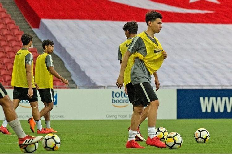 Ben Davis sedang berlatih di Stadion Nasional Singapura.