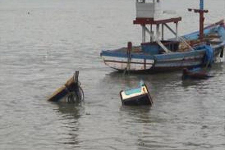 Kondisi salah satu kapal yang pecah di Teluk Popoh,  Tulungagung, Jawa Timur,  Selasa (3/9/2013).