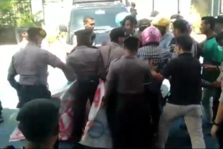 Puluhan orang demo mendesak pemulangan 49 orang TKA asal China dari Sulawesi Tenggara di kantor imigrasi berlangsung ricuh