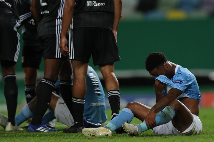 Penyerang Manchester City, Raheem Sterling, terduduk seusai laga perempat final Liga Champions kontra Lyon di Stadion Jose Alvalade, Lisbon, pada 15 Agustus 2020.