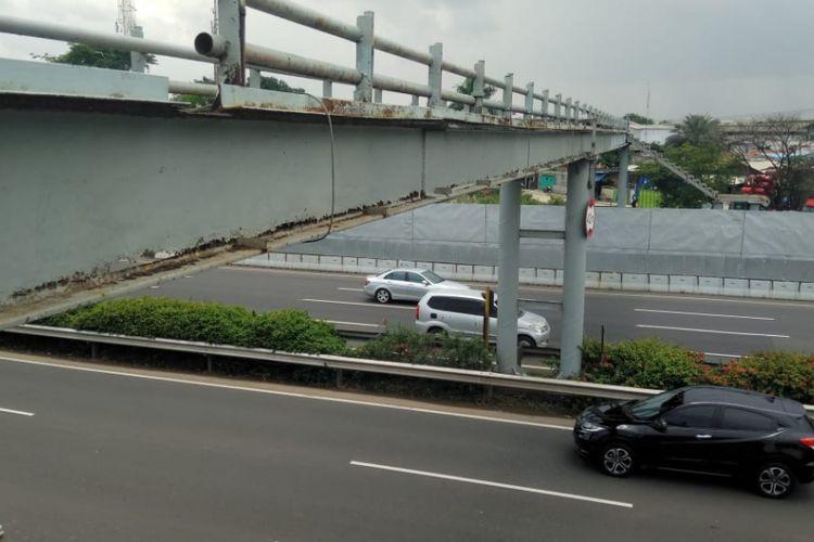 Jembatan Penyeberangan Orang (JPO) yang melintang di atas KM 29+000 Jalan Tol Prof. Dr. Ir. Soedijatmo (Jalan Tol Bandara).