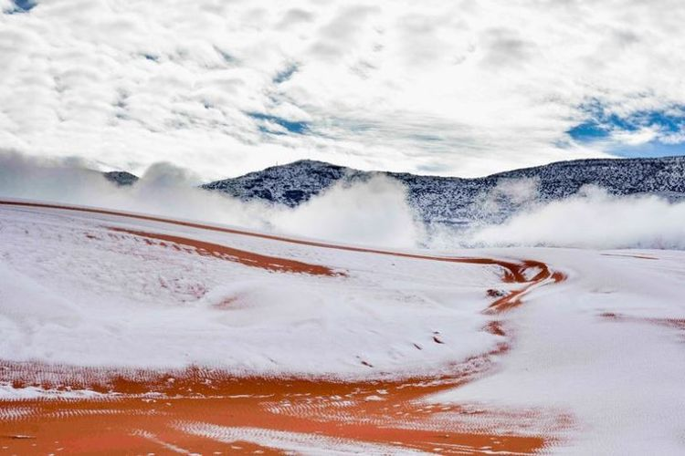 Kondisi Gurun Sahara di sekitar kota Ain Sefra, Aljazair yang sempat diselimuti salju pada Minggu (7/1/2018).