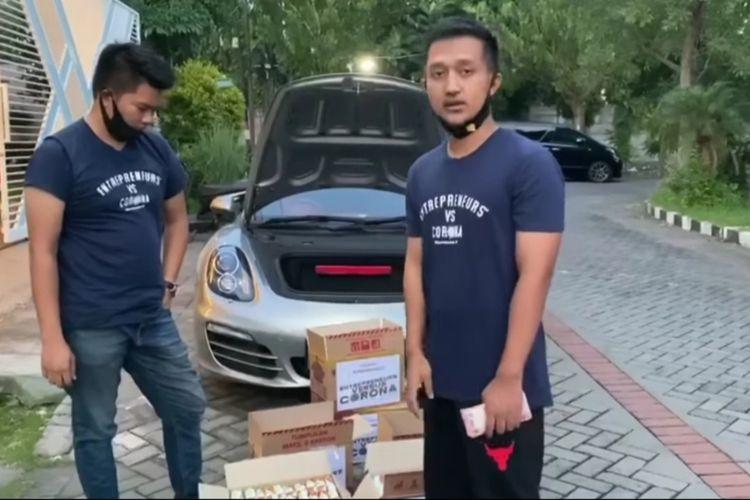Video Tom Liwafa memberikan bantuan sembako di kardus berisi mie instan dan uang tunai Rp 1,5 juta.
