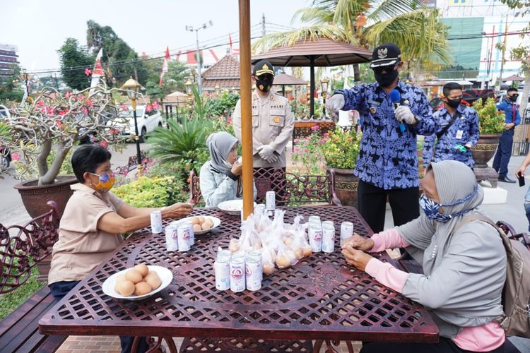 Wali Kota Madiun, Maidi bersama Kapolres Madiun Kota, AKBP R Bobby Aria Prakasa mengedukasi warga untuk mengkonsumi makanan bergizi agar imunitas meningkat di masa pandemi covid-19. Warga yang melintas di Jalan Pahlawan mendapatkan telur, sayur dan susu gratis.