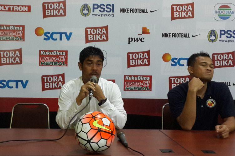 Pelatih Semen Padang Nil Maizar saat konferensi pers usai dikalahkan Arema FC di Stadion Kanjuruhan, Kabupaten Malang, Minggu (5/3/2017)
