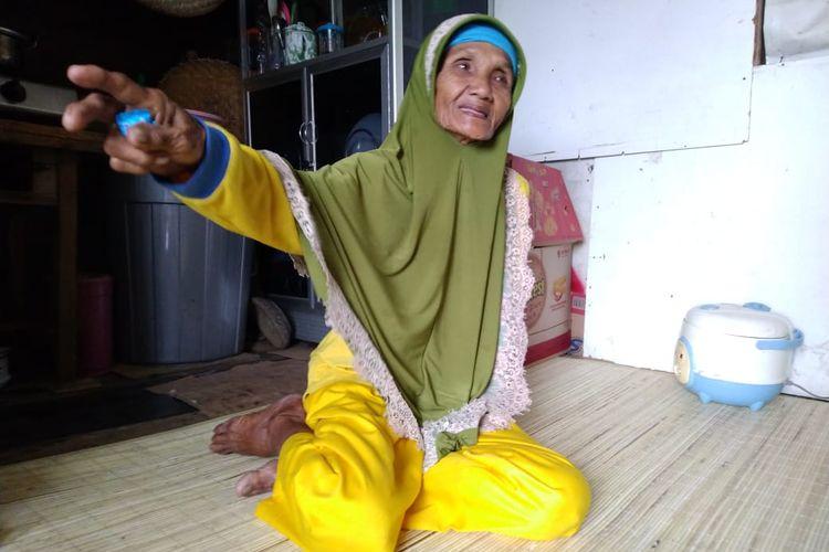 Nenek Sumiyati saat ditemui Kompas.com di tempat jualannya Jalan Diponegoro, Tenggarong, Kutai Kertanegara, Kaltim, Kamis (30/7/2020).