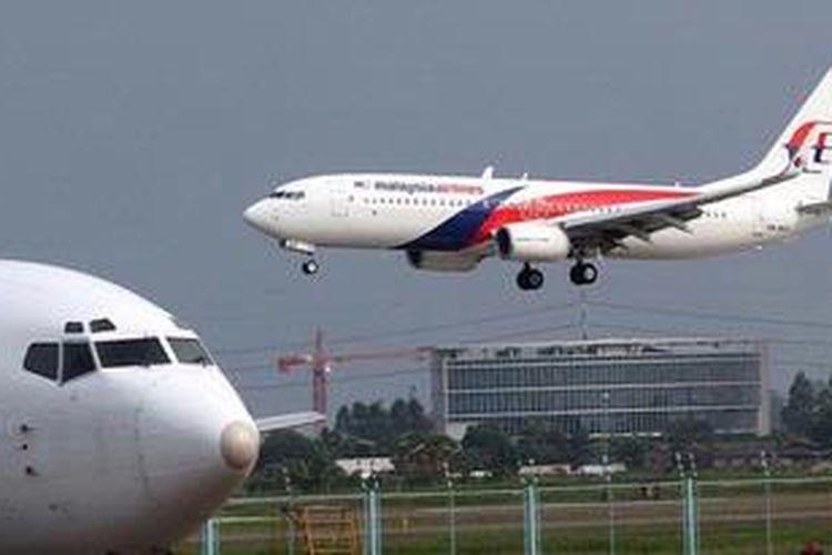 Pesawat Malaysia Airlines mendarat di Bandara Soekarno-Hatta, Tangerang, Banten, Minggu (26/5/2013).