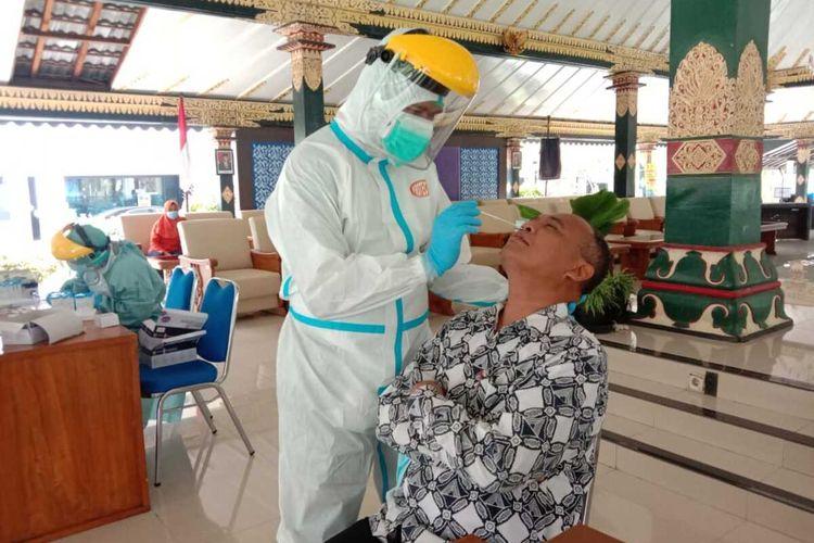 Sekretaris Daerah Kabupaten Sleman Harda Kiswaya saat swab antigen (Foto Dokumentasi Humas Pemkab Sleman)
