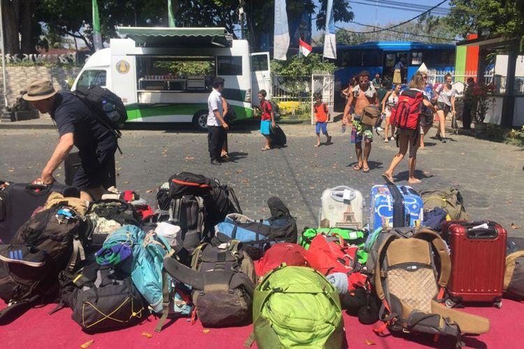 Food Truck hadir di Kantor Disparprov NTB, memberikan fasilitas yang bisa dinikmati wisatawan yang terdampak gempa di Lombok, NTB.