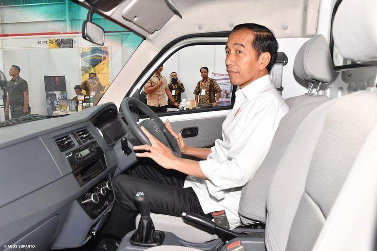 Presiden Jokowi mencoba mobil Esemka di pabrik Esemka di Boyolali, Jawa Tengah.