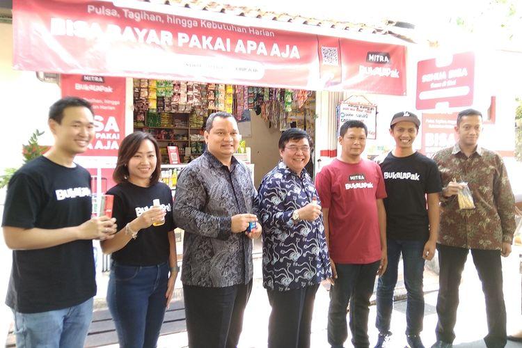 Berfoto bersama usai konferensi pers tentang implementasi QRIS oleh mitra Bukalapak di Jakarta, Rabu (21/8/2019).