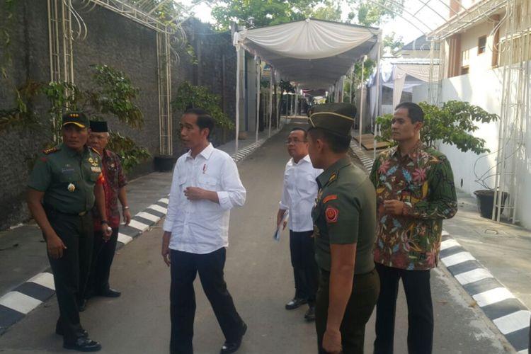 Presiden Jokowi keluar dari rumah kediamannya meninjau lokasi kirab kereta kencana yang direncakan akan membawa mempelai Kahiyang-Bobby dan keluarga, Senin (6/11/2017).
