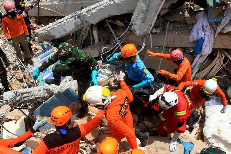 Sejumlah anggota Basarnas dan TNI melakukan evakuasi korban gempa di Hotel Roa- Roa, Palu, Sulawesi Tengah, Kamis (4/10/2018). Memasuki enam hari tim evakuasi sudah menemukan korban jiwa sebanyak 23 orang.