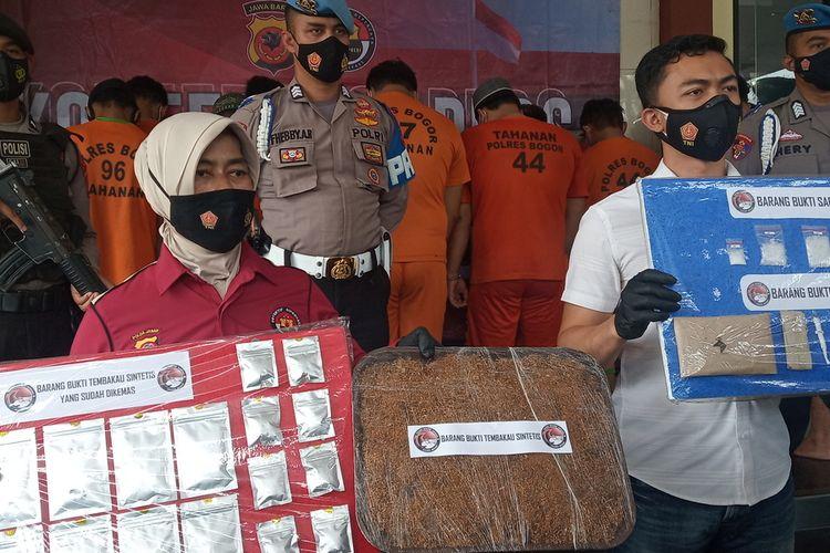 Satuan Reserse Narkoba Polres Bogor mengungkap sebuah industri rumahan ganja sintesis di Kecamatan Bogor Barat, Kota Bogor, Jawa Barat, Selasa (15/6/2021).
