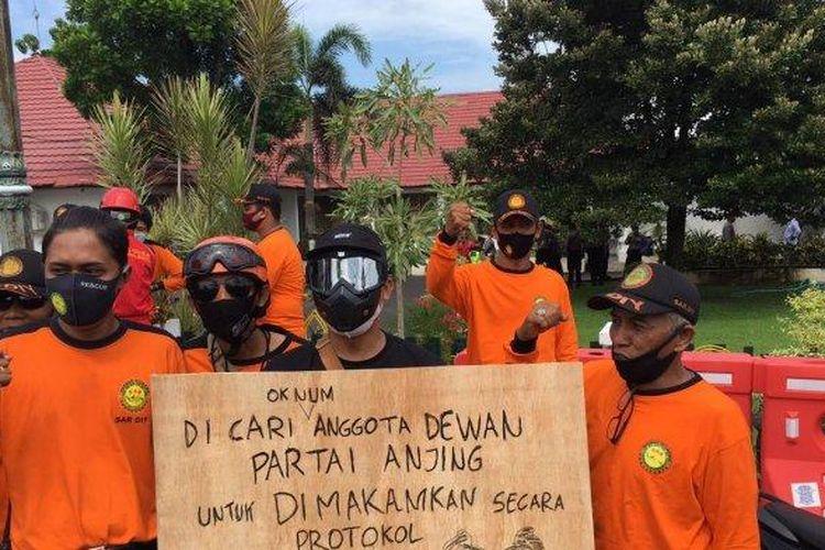 Relawan SAR DIY, Forum Pengurangan Resiko Bencana (FPRB) Kabupaten Bantul, dan Satgas COVID-19 Kalurahan se kabupaten Bantul menggeruduk kantor DPRD Bantul, Senin (22/02/2021).