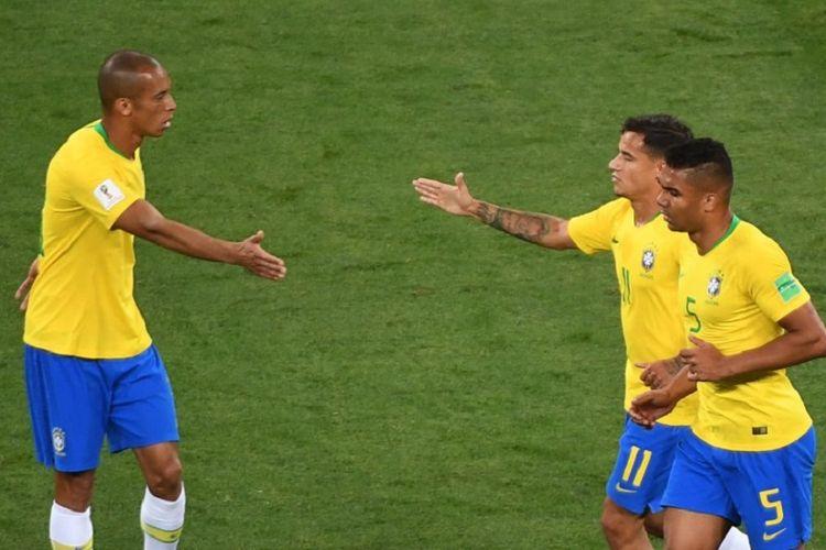 Miranda, Marcelo, dan Casemiro merayakan gol Brasil ke gawang Swiss pada pertandingan Piala Dunia 2019 di Rostov, 17 Juni 2018.
