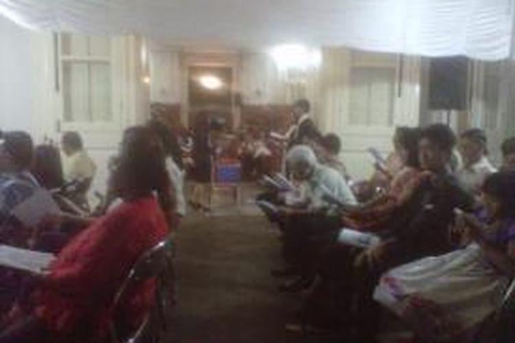 Jemaat GPIB Immanuel, Jakarta Pusat tetap khidmat menjalani proses ibadah Natal walaupun sempat terjadi mati lampu.