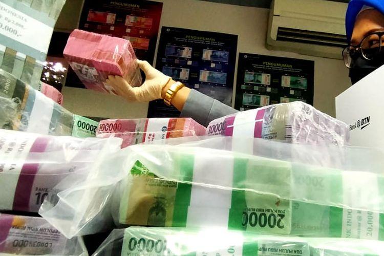 Petugas BTN tengah menghitung uang.