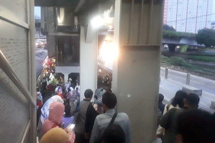 Penumpukan penumpang KRL terjadi di Stasiun Tanah Abang peron 5 dan 6 yang melayani rute Tanah Abang-Serpong-Parung Panjang-Maja pada Selasa (11/12/2018).
