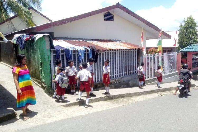 Gempa susulan dengan getaran yang sangat kuat membuat para siswa SD di Ambon berhamburan ke luar sekolah dan memilih pulang lebih awal, Senin (7/10/2019).
