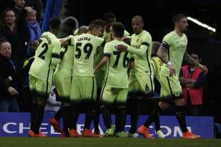Insiden pelemparan koin terjadi saat para pemain Manchester City sedang merayakan gol ke gawang Chelsea, pada laga putaran kelima Piala FA di Stadion Stamford Bridge, Minggu (21/2/2016).