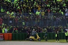 Perpisahan Emosional Valentino Rossi - Lautan Kuning, Raih Trofi, Marquez...