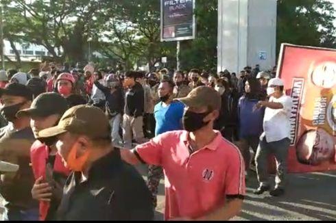 Demo Tolak UU Cipta Kerja di Makassar, Demonstran Bentrok dengan Pendukung Paslon Pilkada