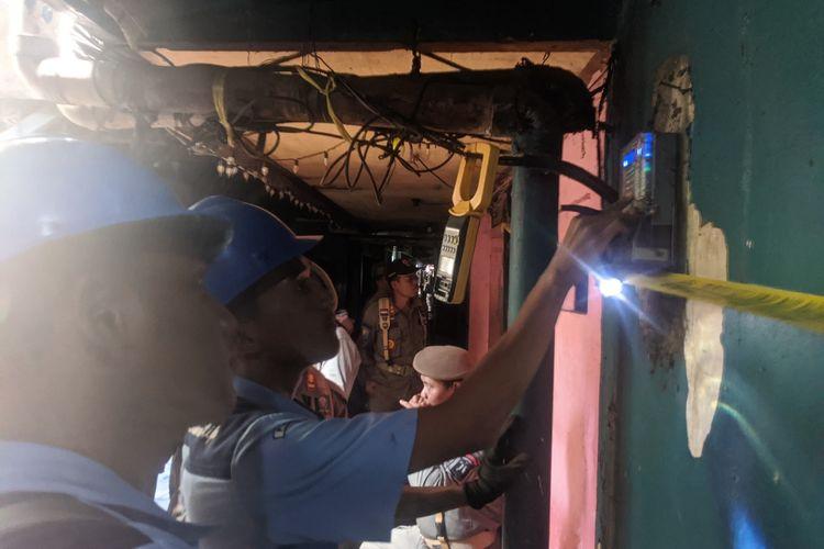 Pencabutan listrik di sejumlah kafe esek-esek yang berada di Gang Royal, Rawa Bebek, Penjaringan, Jakarta Utara, Senin (10/2/2020)