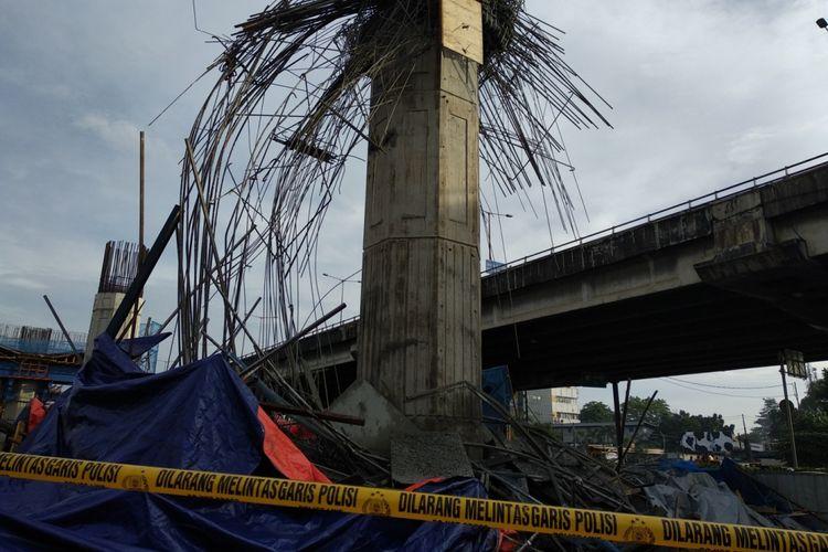 Kondisi TKP tiang girder pengerjaan pengecoran yang rubuh dj proyek Becakayu, Selasa (20/2/2018)
