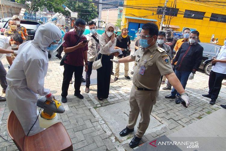 Wagub DKI Jakarta Ahmad Riza Patria disemprot disinfektan sebelum masuk ke Hotel U-Stay Mangga Besar, Selasa (6/10/2020).