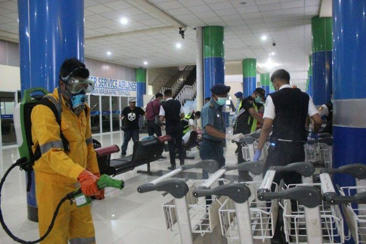 Bandara Sam Ratulangi Manado melakukan pembersihan fasilitas dan disemprotkan desinfektan
