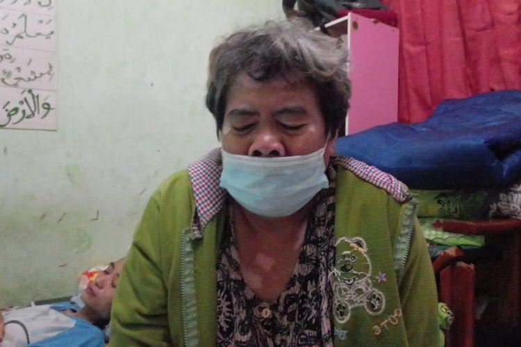 Lia (55), Ibu kandung Mochammad Idris Saputra (18), pemuda yang ditembak orang tak dikenal saat berada di Jalan Mangga Besar VI D,Taman Sari, Jakarta Barat, pada Selasa (22/6/2021) dini hari.