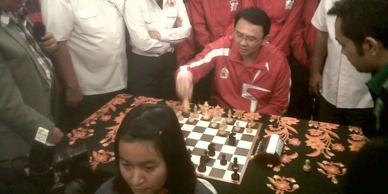 Wakil Gubernur DKI Jakarta Basuki Tjahaja Purnama saat bertanding catur bersama Medina Warda Aulia, seorang Women Grand Master.